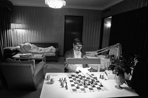 chess-in-hotel-room-at-night-iceland-1972