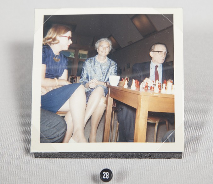 jacqueline-piatigorsky-with-duchamp-at-the-herman-steiner-chess-club-9854
